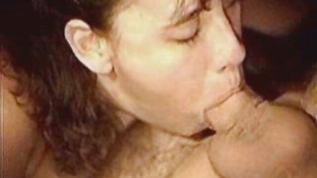 喝醉了的妈妈从俱乐部回来了,和她的儿子。 性爱电影完整的电影